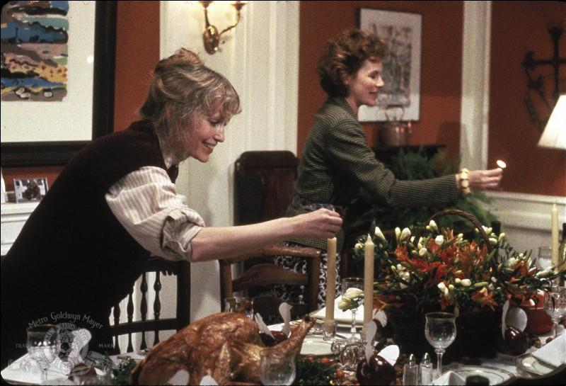 Ceci est une image du repas de thanksgiving, dans le film Hannah et ses soeurs. Quelle est la profession de Hannah, jouée par Mia Farrow, qui reçoit chez elle toute la famille ?