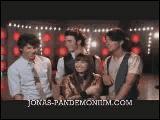 Quel est le titre qu'elle interprête en duo avec les Jonas Brothers sur son premier album ?