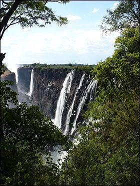 Dans quel pays les célèbres chutes d'eau Victoria ne sont-elles pas situées ?