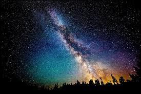 Les étoiles dans le ciel sont magnifiques.