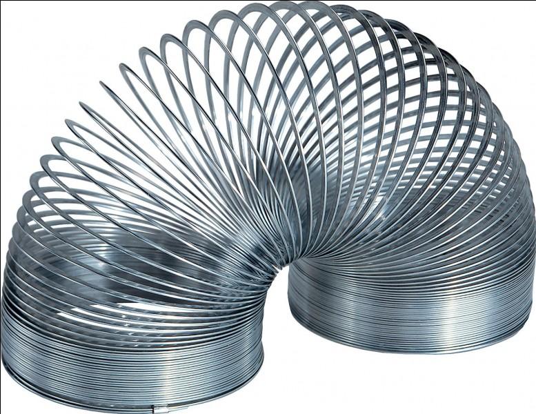 """En 1943, qui a inventé par hasard le Slinky, en faisant tomber un ressort qui s'est mis """"à marcher"""" après avoir rebondi ?"""