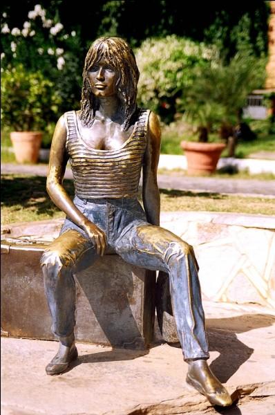 """B - Cette statue représente """"Brigitte Bardot""""."""