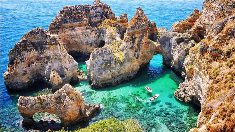 Autre paradis des randonneurs grâce à ses collines intérieures et à son littoral sud déchiqueté, dans quel pays situez-vous l'Algarve ?