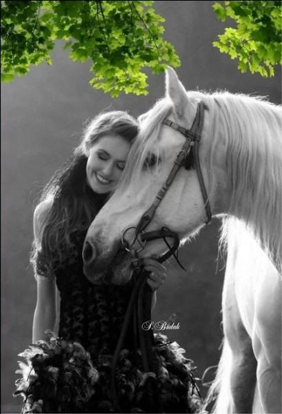 """Quelle reine du folk rendait hommage à un beau cheval blanc en chantant """"Stewball"""" ?"""