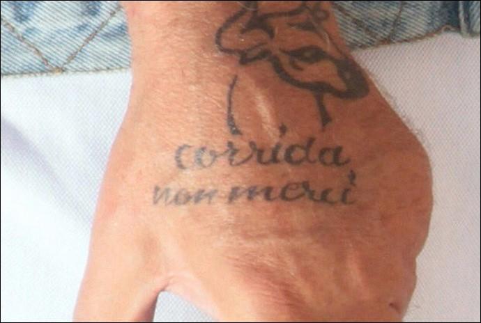 Quel artiste s'est fait tatouer une tête de taureau sur sa main gauche, accompagnée des mots «Corrida, non merci» ?