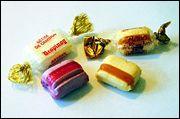 Cette friandise est créée vers 1850 suite à une erreur de manipulation. Aromatisée à la menthe à l'origine, elle est rayée de sucre caramélisé.