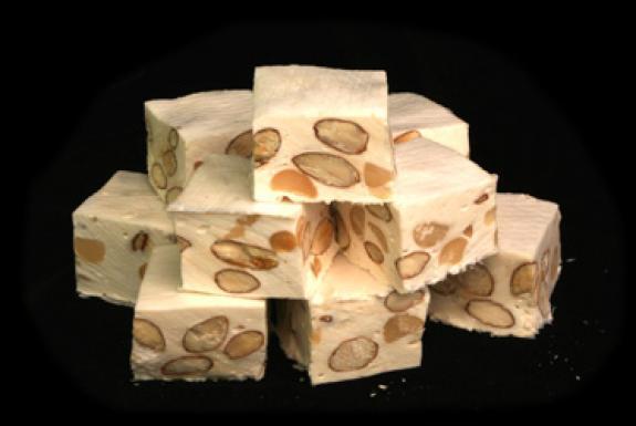 C'est une des friandises les plus populaires et les plus réputées dans le monde. Sa production est évaluée entre 3200 et 3500 tonnes par an, en France. A la fin du 16e siècle, l'amande remplaça les noix.