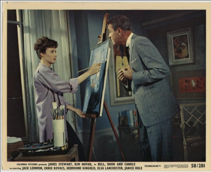 Dans cette jolie comédie, la fiancée de James Stewart est peintre. Quel est ce film, dans lequel lui, qui est éditeur, est séduit grâce à un sortilège par une vendeuse de masques africains ?