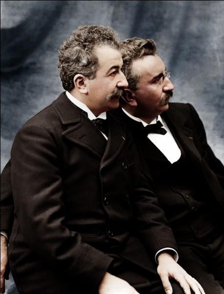 Qui est à l'origine de la première projection cinématographique publique en 1895 ?