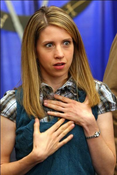 Comment s'appelle ce personnage et de quel autre personnage de la série est-elle folle amoureuse ?