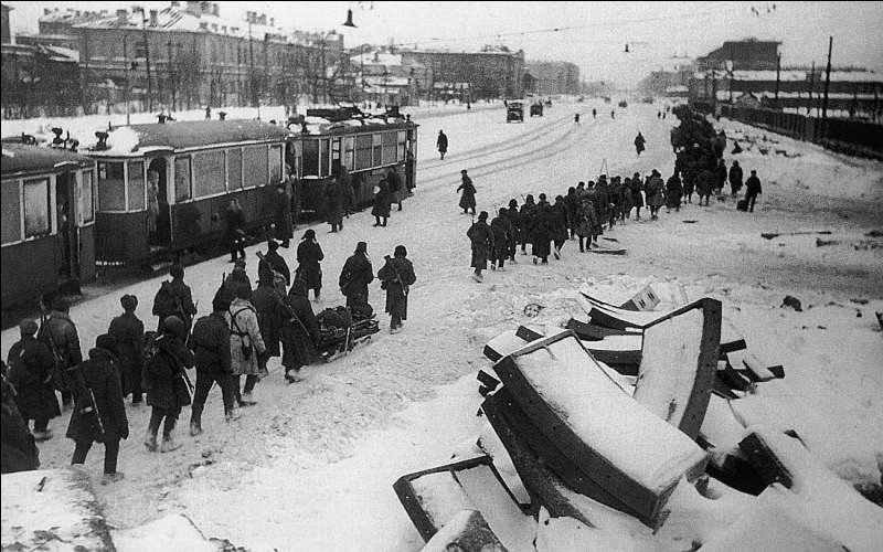 Le siège de Leningrad par l'armée allemande commence le 8 septembre 1941. La ville est désormais coupée du reste de l'URSS. Comment se termine le siège ?
