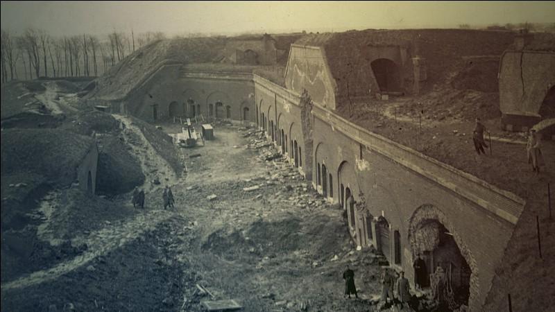 C'est le premier siège sur le sol français, mené par l'Empire allemand durant la Première Guerre mondiale. Le siège de la ville débuta le 28 août 1914 et se termina, le 8 septembre 1914 avec la capitulation de la ville. Quelle est cette ville ?