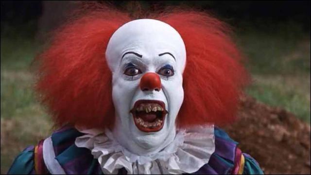 """Le clown dans """"Ça"""" tue les enfants qui le voient."""