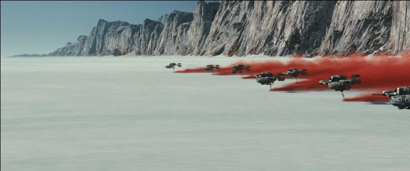 Quelle est la planète où se déroulera une des grandes batailles terrestres du film, connue pour son sol rouge et blanc ?