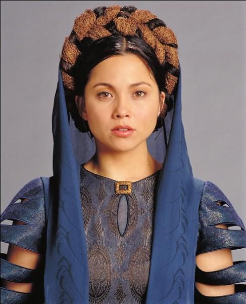 Quel est le prénom de la reine, mère adoptive de la princesse Leia et épouse de Bail Organa ?