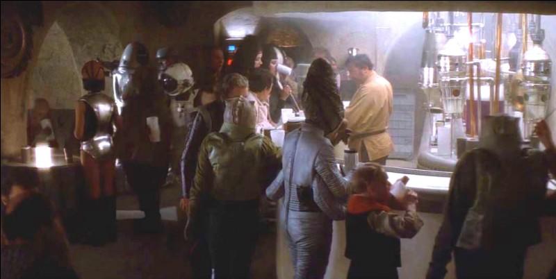 Tout le monde connaît la fameuse Cantina de Mos Eisley sur Tatooine dans l'épisode 4. Mais quel est son nom exact ?