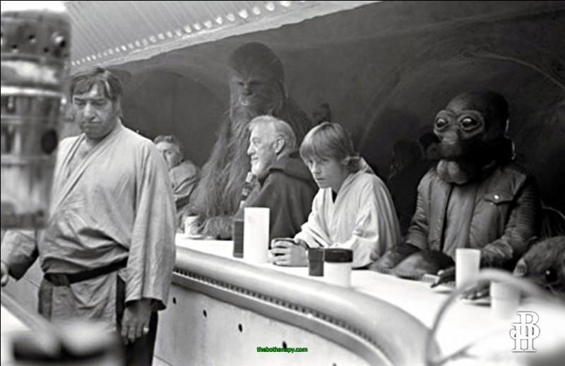 Dans la cantina lors de l'épisode 4, un différend éclate entre Luke Skywalker et deux criminels. Qui a eu le bras tranché par Obi-Wan Kenobi ?
