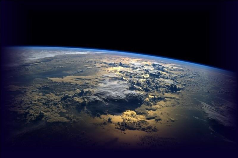 Au cours du siècle dernier, la température moyenne de la surface terrestre :