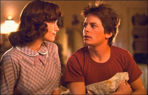 Qui tombe follement amoureuse de Marty lorsqu'il revient en 1955 ?