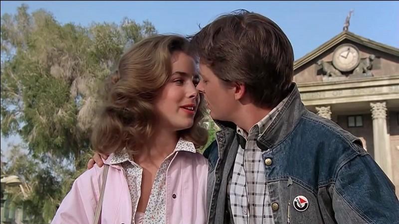 Comment se prénomme la copine de Marty ?
