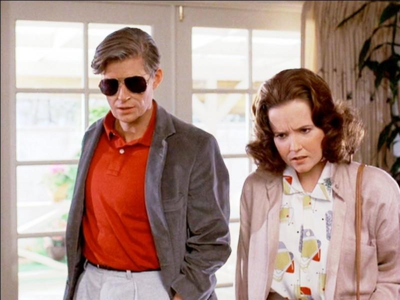 Au bal, de quelle couleur était la robe de Lorraine, la mère de Marty ?