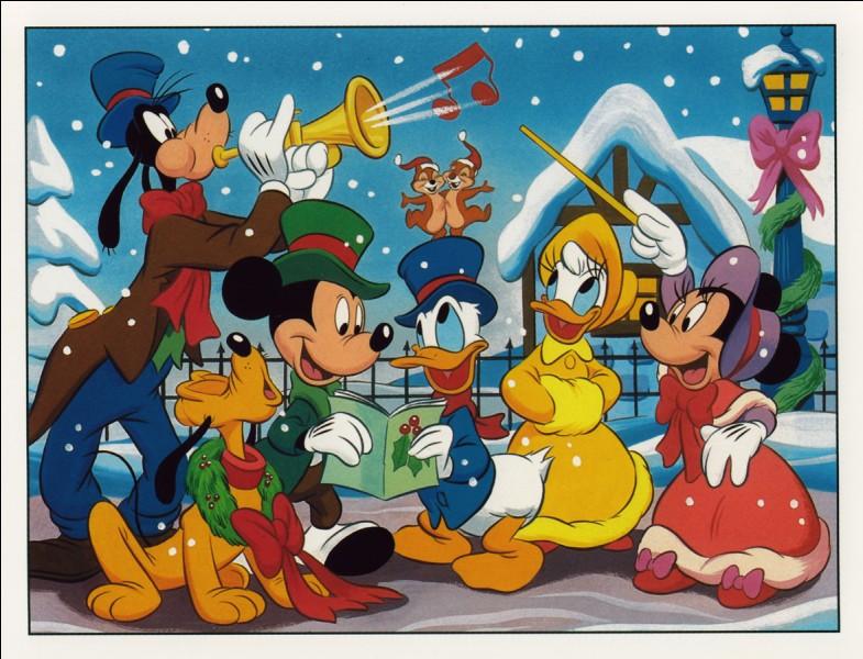 Le revoici à Noël avec ses amis. Il y a le chien Pluto, une puissante voix : je suis certain qu'il chante faux. Donald avec Tic et Tac sur le chapeau. Puis Dingo qui souffle de la trompette, accompagné d'un duo de belles voix, composé de Minnie et Daisy.Joyeux Noel à tous !