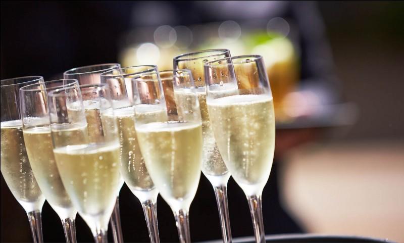 """Au siècle du Roi-Soleil, le champagne fut """"accidentellement créé"""". Par qui ?"""