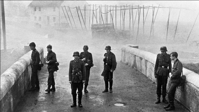 """Dans quel contexte historique se déroule """"le Pont"""", film allemand de 1959 ?"""