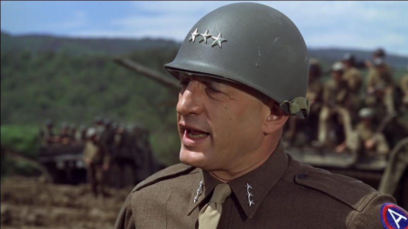 """Dans """"Patton"""", à quelle fonction est nommé le général Patton au début du film ?"""