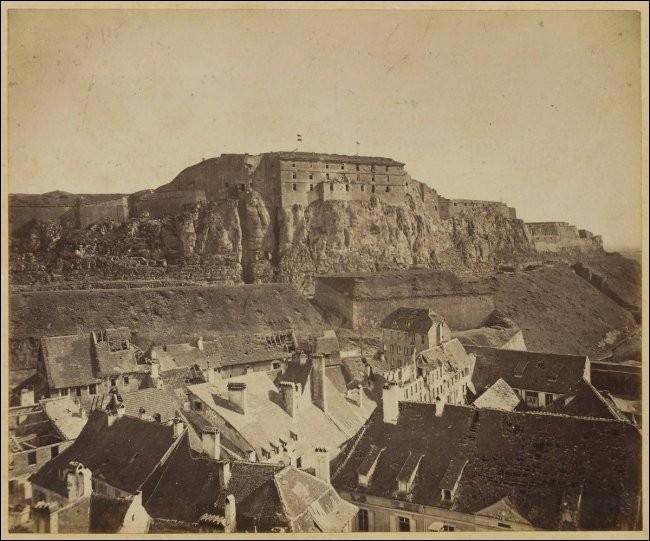 Cette place forte stratégique subit un siège, du 3 novembre 1870 au 18 février 1871. Elle résiste et ne se rend qu'après l'armistice mettant fin à la guerre franco-prussienne. Quelle est cette ville ?
