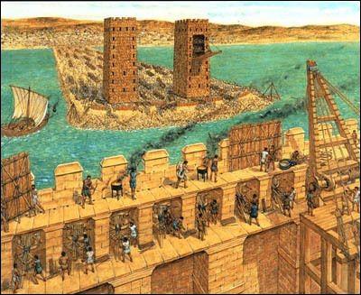Cette ville est assiégée six mois et prise par Alexandre le Grand en 332 avant J-C. C'est un siège mémorable : les Macédoniens construisent une digue en pierre, afin d'approcher leurs machines de guerre des murs de la cité puis, après un échec, éperonnent les murailles avec des navires. Quelle est cette ville ?