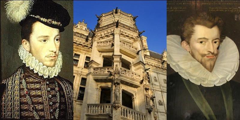 Machiavel y séjourna, Anne de Bretagne y mourra. Ce château est connu pour une particularité architecturale (son escalier). Deux assassinats y ont été commis pour raison d'Etat. Ils ont été ordonnés par un roi de France.Quel est ce château ?