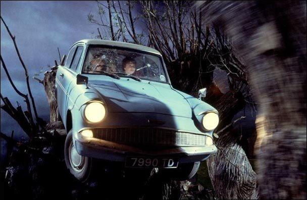 Sur quel arbre se casse la voiture que Ron avait pris à son père sans autorisation ?