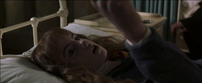 Comment Hermione fait-elle pour ne pas mourir face au Basilic ?