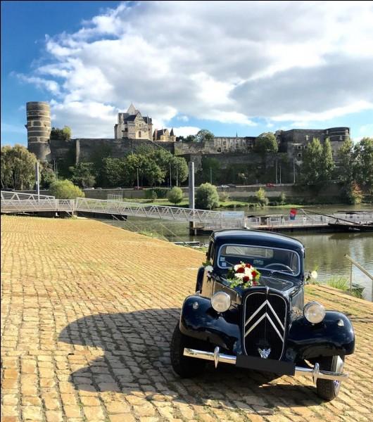 C'est jour de mariage dans la vallée de la Loire. Devant le château de quelle ville cette Traction Avant Citroën se trouve-t-elle ?