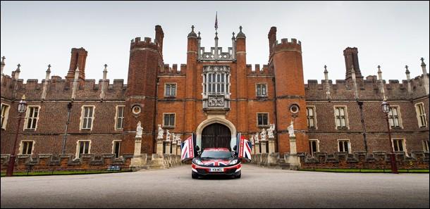 ''So british'' : une Mclaren devant ce château du Royaume-Uni connu pour son impressionnante collection d'œuvres d'art et son parc magnifique.Dans quelle ville pouvez-vous le visiter ?