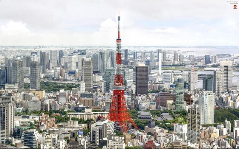 Quelle ville a eu le mauvais goût de peindre la tour Eiffel en rouge pompier parmi ces trois cités qui possèdent toutes leur ''tour Eiffel'' ?