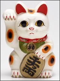 Pour les Japonais, que symbolise ce chat avec sa patte droite levée ?