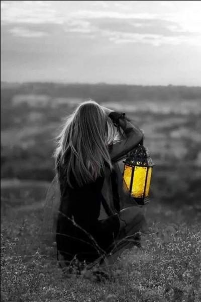 """Qui chantait """"D'avoir passé des nuits blanches à rêver ce que les contes de fée vous laissent imaginer, d'avoir perdu son enfance dans la rue, des illusions déçues, passer inaperçu...?"""