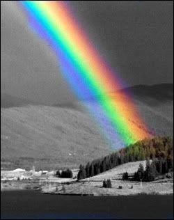 Quel est le résultat d'une lumière composée par toutes les couleurs de l'arc-en-ciel ?