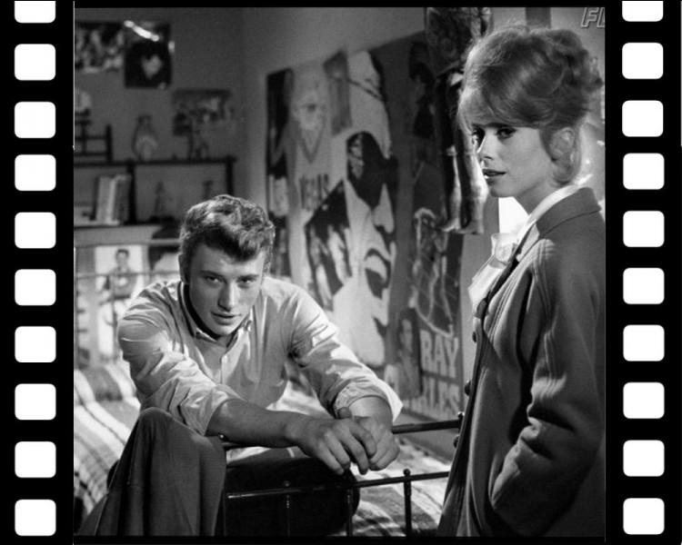 """Dans """" Les Parisiennes """" en 1962, il interprète un jeune guitariste pauvre. Quelle chanson interprète-t-il dans ce film à sketches?"""