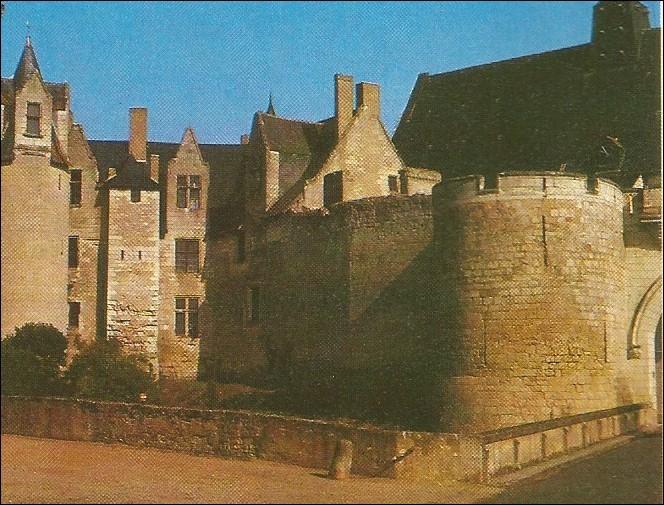 Dans quel département se situe le château de Montreuil-Bellay ?