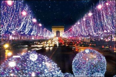 Est illuminé à Noël aux Champs-Élysées.