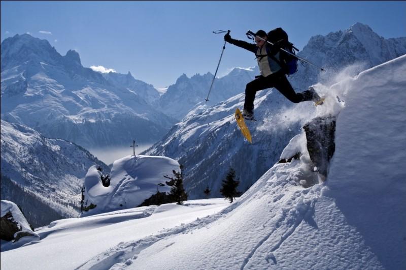 Vendredi 2 février. Je pars pour un week-end de randonnée en raquettes dans les Vosges. En quelle matière les cadres des premières raquettes à neige étaient-ils fabriqués ?