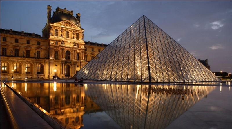 """Le Louvre est le musée le plus visité au monde ! À l'intérieur, beaucoup de grandes œuvres telles que """"la Vénus de Milo"""" ou bien """"La Joconde"""". Maintenant, la pyramide de ce musée est très reconnue et est même une des œuvres les plus appréciées. Sous quel président a-t-elle été commandée ?"""