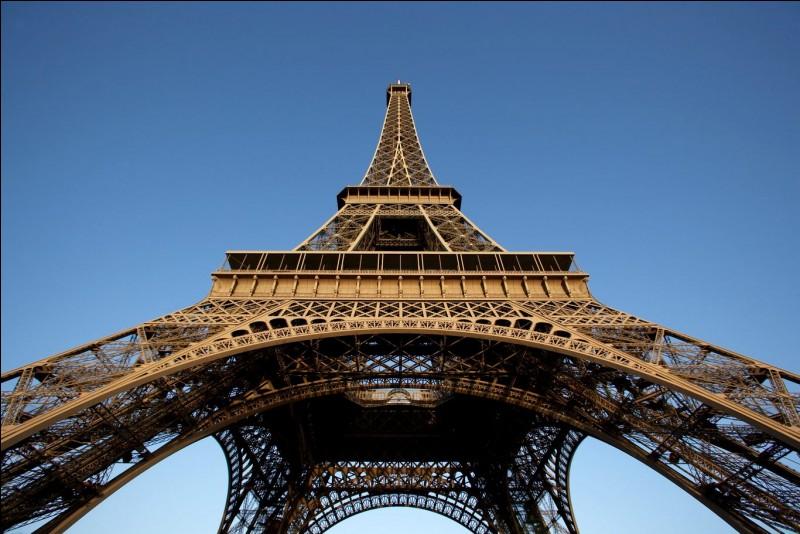 Bien sûr, quand on parle de Paris on pense à cette tour haute de 324m : la tour Eiffel ! Pour les plus courageux, vous pouvez toujours grimper les 704 marches pour aller au 2e étage, sinon il y a les ascenseurs. À cet étage, nous pouvons également trouver le restaurant de la tour. Quel est le nom de cet établissement ?