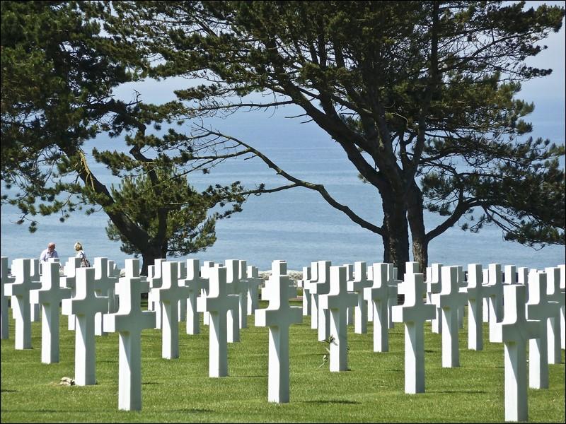Revenons dans un endroit plus sérieux et émouvant. Il s'agit d'un cimetière très connu situé en Normandie pour les soldats morts lors du débarquement. À quel pays est-il dédié ?