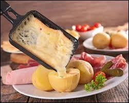 Que mange-t-on traditionnellement avec la raclette ?