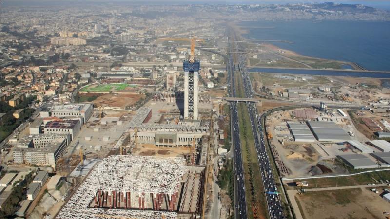 Quelle mosquée (actuellement en construction) est la troisième plus grande mosquée d'Afrique et posséde le plus haut minaret de la planète ?