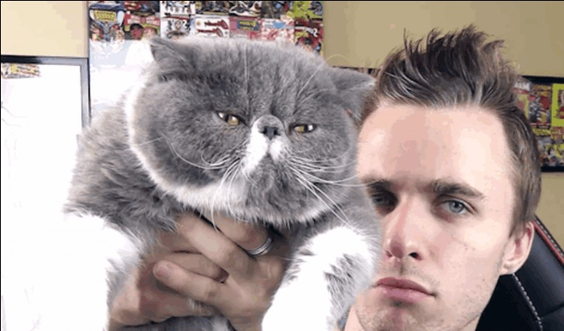Comment s'appelle le chat de Squeezie sur la photo ?